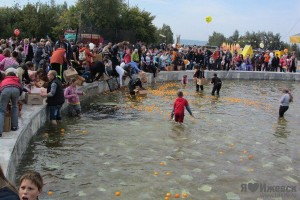 A group of people in Izhevsk go bobbing for oranges when a flashmob goes wrong.
